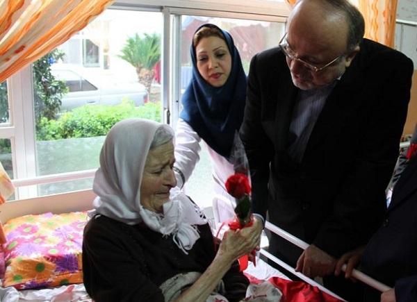 از دیدار استاندار در آسایشگاه معلولین تا هدیه جوراب بافته شده زن سالمند به وی/ گیلان پیرترین استان کشور است