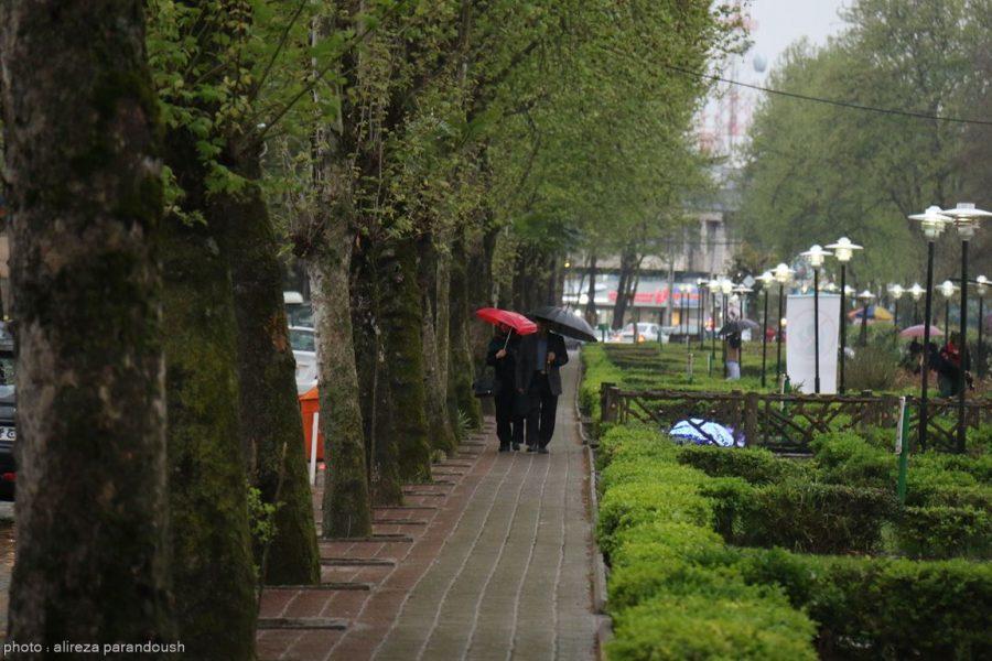 گزارش تصویری: حال و هوای لاهیجان در این روزهای بارانی / استقبال بسيار زياد شهروندان و مسافران زیر باران از برنامه هاي هنري جشنواره نوروزي لاهيجان