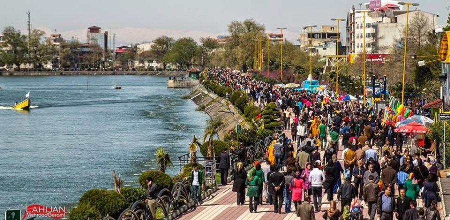 شهرداري لاهیجان در روز طبيعت به شهروندان گل اهدا مي كند