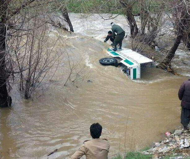 غرق شدن ماشین نیروی انتظامی در آب + عکس