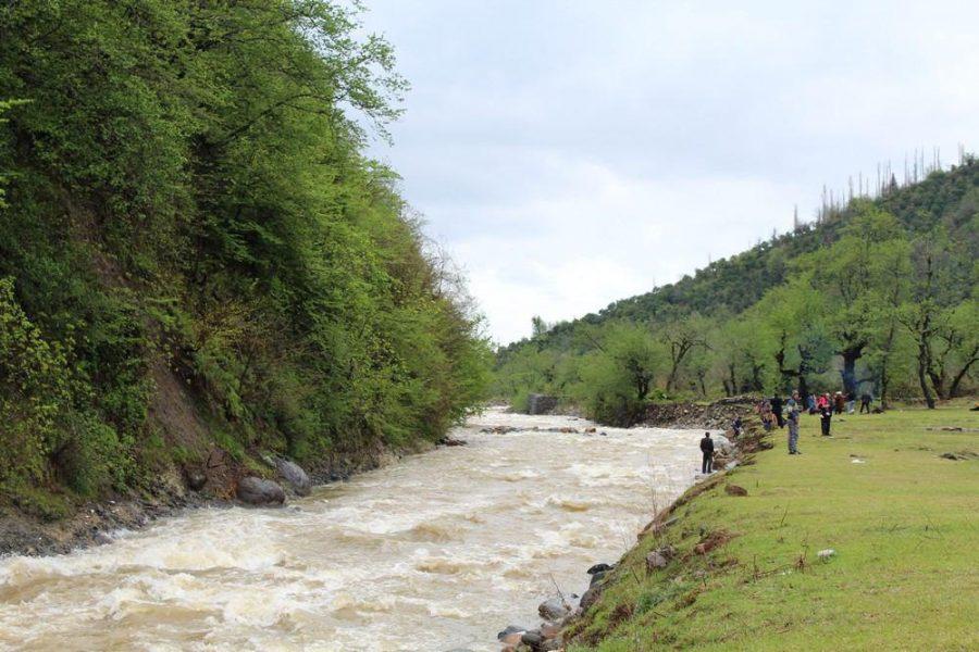 سیزده بدر در رودخانه سموش رحیم آباد به روایت تصویر