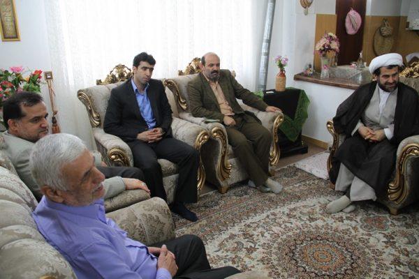 دیدار جمعی از مسئولان دانشگاه آزاد لاهیجان با خانواده شهید مباشر امینی (2)