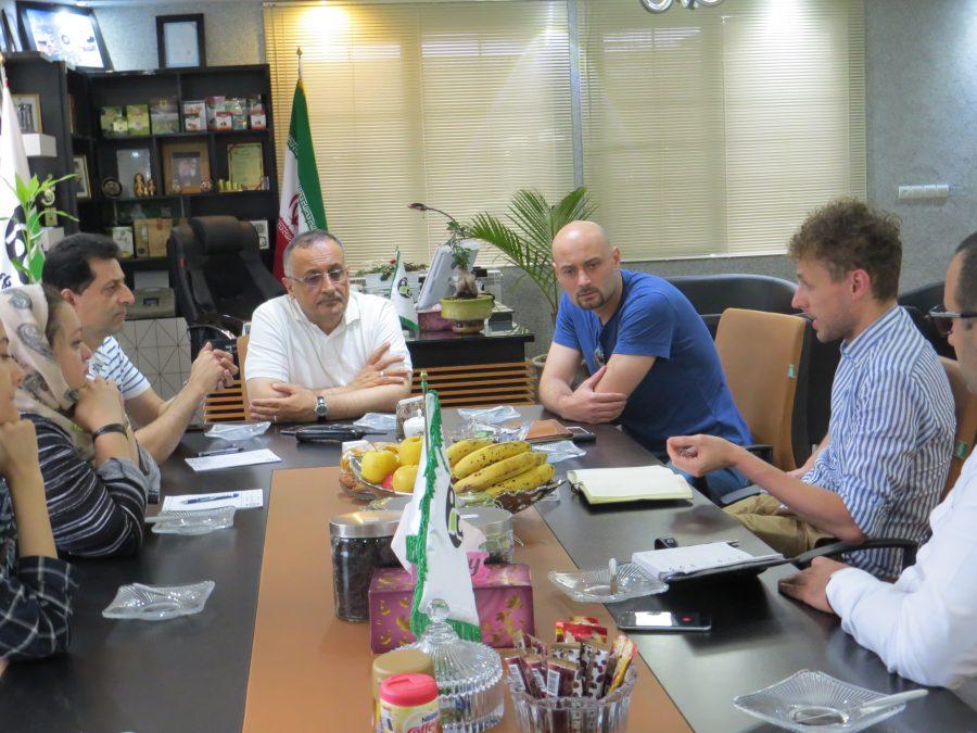 رییس کمیسیون گردشگری استان گیلان به همراه هیئت تورچای انگلستان از خط تولید شرکت کشت و صنعت نوبر بازدید کردند