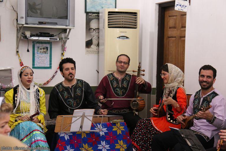 اجرای خیرخواهانه موسیقی زنده در آسایشگاه سالمندان لاهیجان