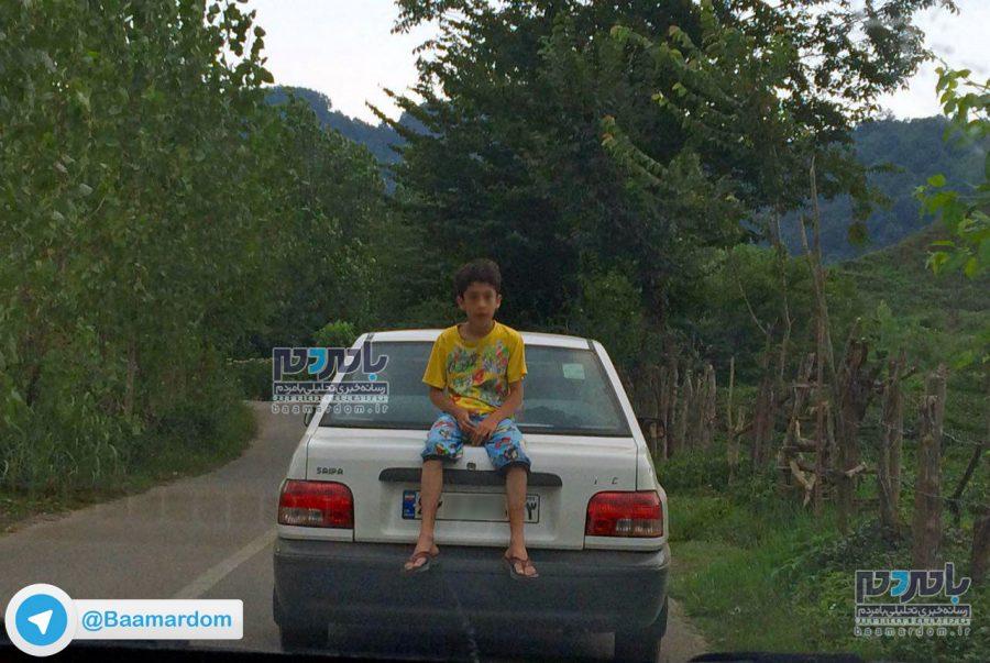 نشستن بر روی صندوقعقب خودروی در حال حرکت! + عکس