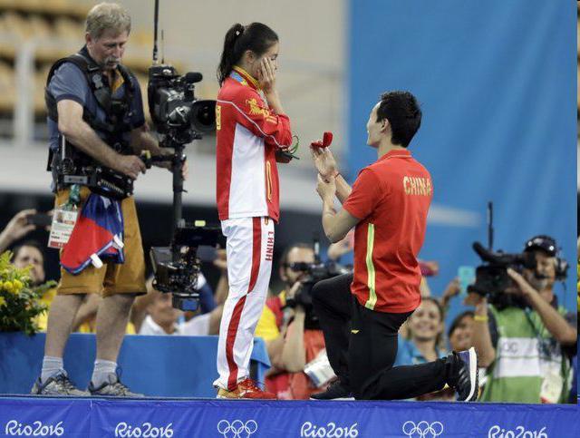 خواستگاری از نایب قهرمان چینی شیرجه المپیک روی سکوی مدال و شنیدن جواب مثبت!+عکس
