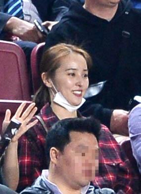 """""""سوسانو"""" در ورزشگاه بازی کره را تماشا کرد + عکس"""
