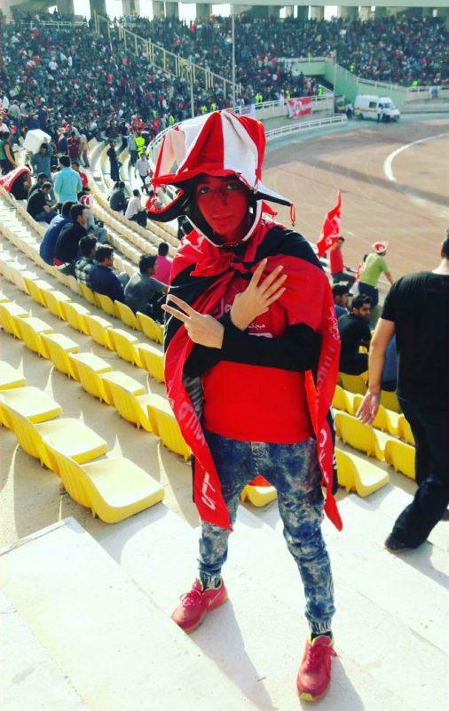کری خوانی دختر پرسپولیسی با تیپ پسرانه در ورزشگاه + تصاویر