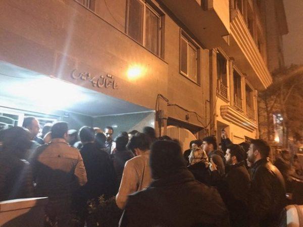 از مامورانی که حکم جلب داشتند تا پیگیری نمایندگان و تجمع هواداران مقابل منزل محمود صادقی