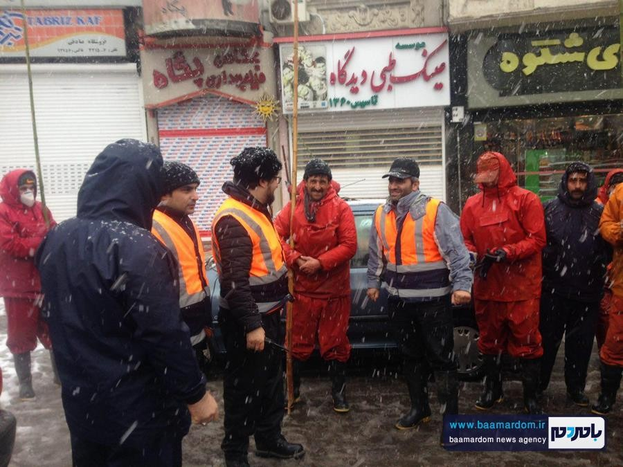 آغاز برف روبی در سطح لاهیجان   بيش از ٢٠٠ نفر از نيروهای شهرداری در حال خدمت هستند + گزارش تصویری