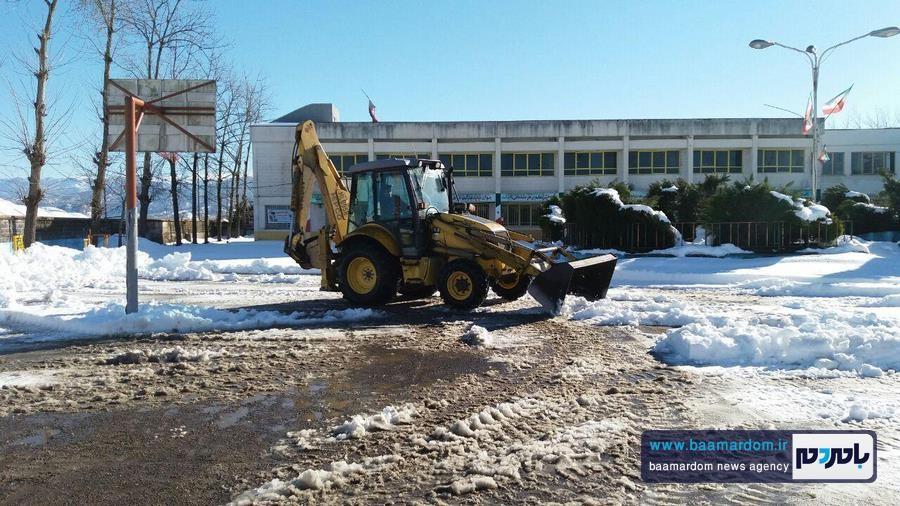 راههای دسترسی و محوطه داخلی مدارس لاهیجان برف روبی شد + گزارش تصویری