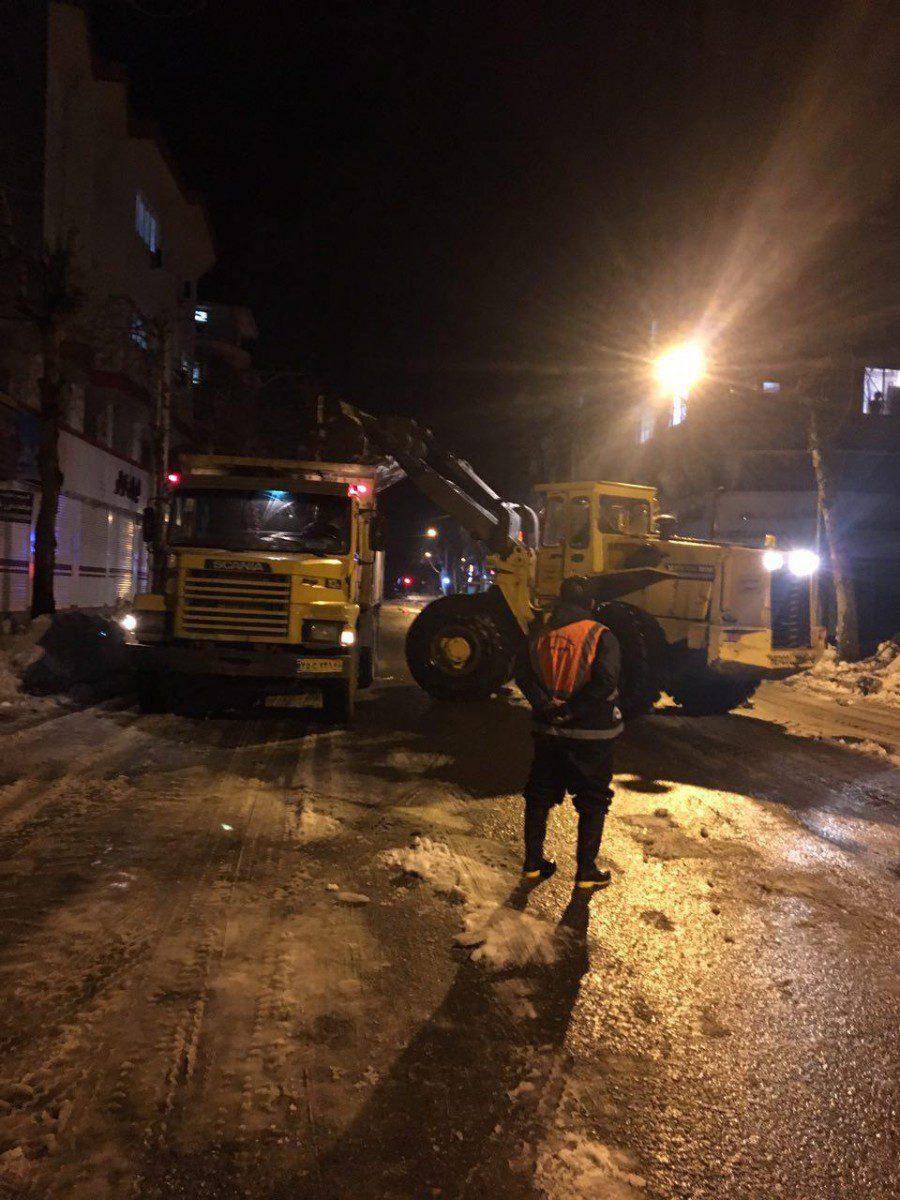 گزارش تصویری تلاش های شبانه روزی نیروهای شهرداری لاهیجان در عملیات برف روبی ومسیرگشایی معابر