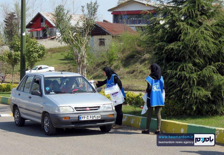 توزیع کیسه های زباله تجزیه پذیر و تراکتهای طول عمر زباله در میان مسافران نوروزی در شهر سیاهکل