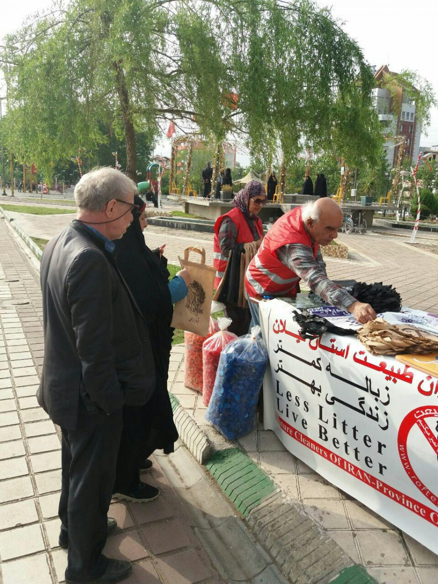 توزیع کیسه های پارچه ای توسط شهرداری لاهیجان و انجمن رفتگران طبیعت
