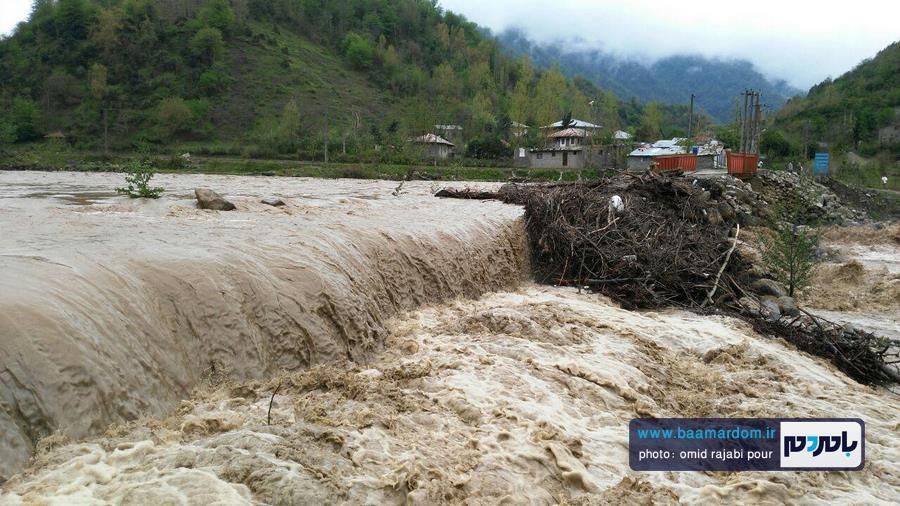 طغیان رودخانه پلرود رودسر | ارتباط ۱۰۰خانوار با بخش رحیم اباد قطع شد + گزارش تصویری