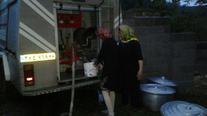 آبرسانی به روستای مرزلات شهرستان لنگرود از طریق خودرو آتش نشانی! | مردم منتظر اقدام عملی جهت حل مشکل بیآبی هستند