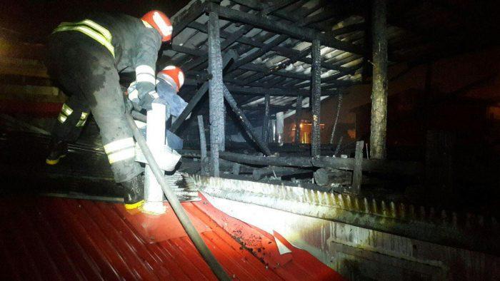 آتش سوزی نیمه شبی در خیابان شهید مدرس رشت | ریزش آوار لحظاتی یکی از آتش نشانان را در دل آتش و دود گرفتار کرد