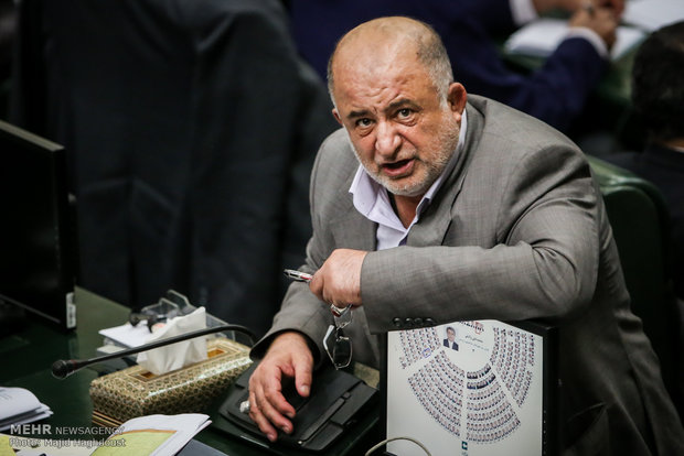 توضیحات نماینده مجلسی که گلابی میخورد و عکاسان را فضول خطاب میکند!