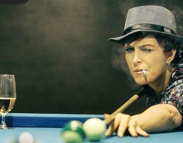 استایل عجیب خانم بازیگر پای میز بیلیارد! + عکس