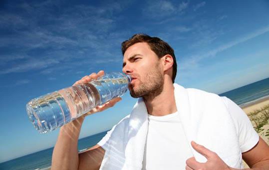 بدن شما به نسبت وزن به چند لیوان آب در روز نیاز دارد؟ + اینفوگرافی