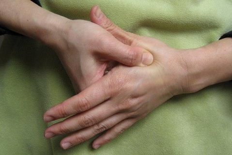 با فشار این نقطه از بدن، میگرن و دندان درد را درمان کنید