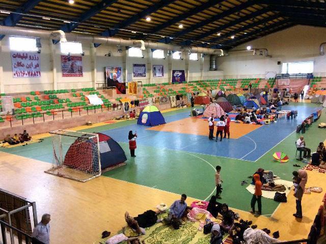 اسکان بیش از ۳۰۰ مسافر در در ورزشگاه شهدا لاهیجان در ساعات اولیه بارش باران