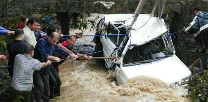 سقوط خودروی پیکانوانت بر اثر سیل در رودخانه سطلسر لاهیجان + عکس و فیلم