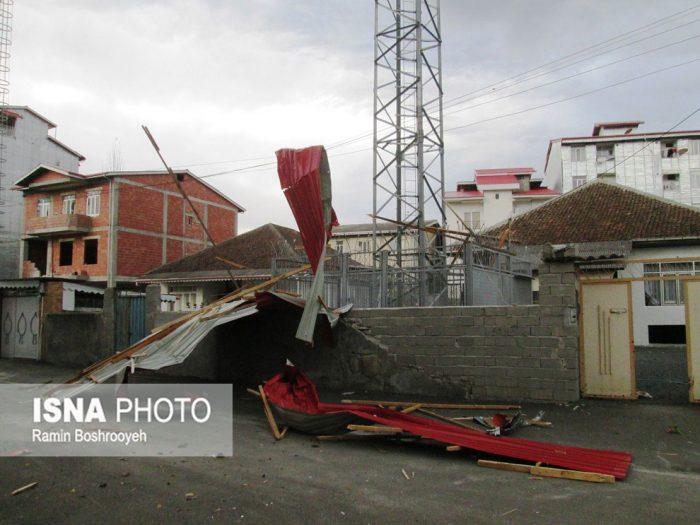 تندباد شدید و تخریب سقف منازل مسکونی در آستارا + عکس
