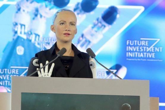 ربات انساننما به عربستان رسید - ربات انساننما به عربستان رسید! | سوفیا درباره ترس از تسلط رباتها بر انسان چه گفت؟!