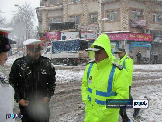 حضور و خدمت رسانی پررنگ نیروهای پلیس لاهیجان 1 533x400 - بارش شدید برف در لاهیجان | حضور و خدمت رسانی پررنگ نیروهای پلیس + تصاویر
