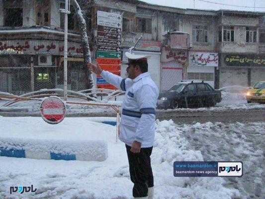 و خدمت رسانی پررنگ نیروهای پلیس لاهیجان 2 533x400 - بارش شدید برف در لاهیجان | حضور و خدمت رسانی پررنگ نیروهای پلیس + تصاویر