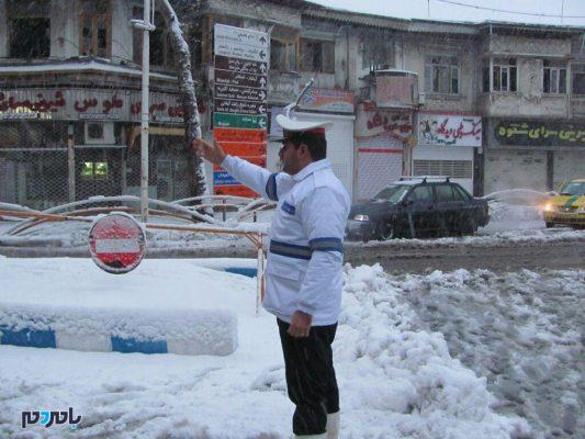پلیس لاهیجان در برف 7 533x400 - پوشش شبانه روزی 3 گردنه برفگیر گیلان در طرح زمستانی