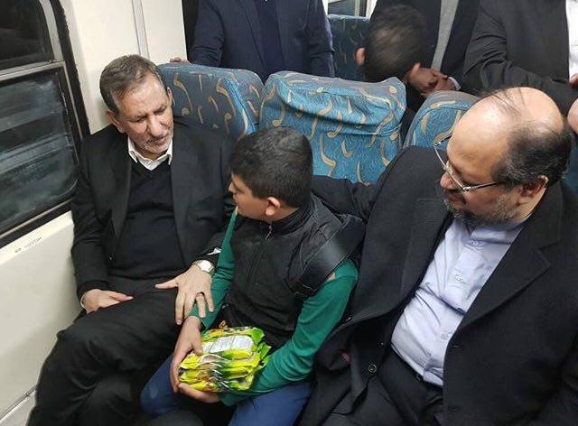 گفتگوی اسحاق جهانگیری با پسرک دستفروش مترو + عکس