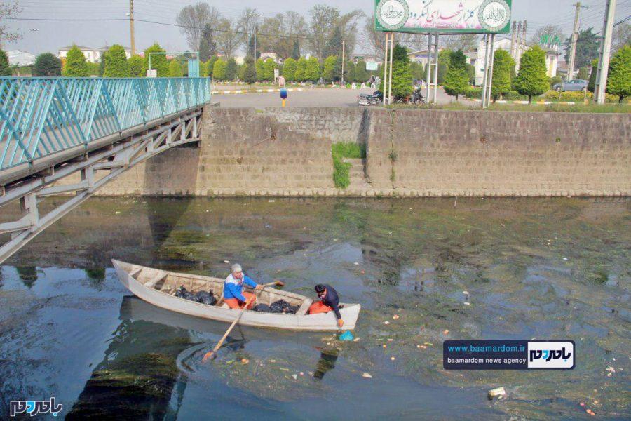 جمعآوری زبالههای ریخته شده در رودخانه لنگرود با قایق + عکس