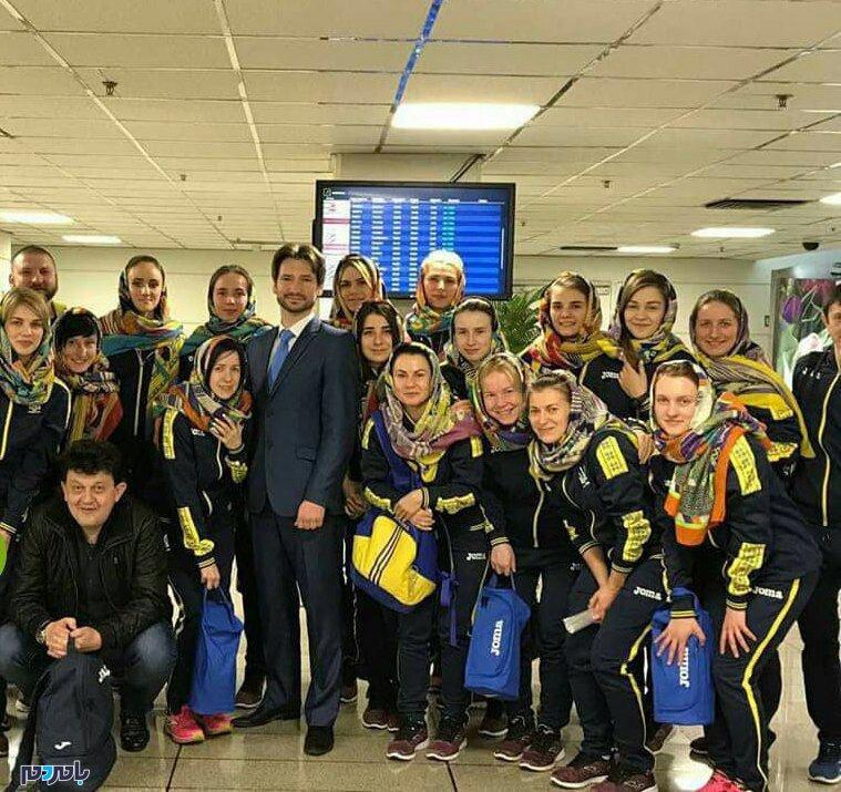 اهدای روسری به بازیکنان اوکراین در ایران | اوکراینیها راضی به بازي باحجاب نشدند