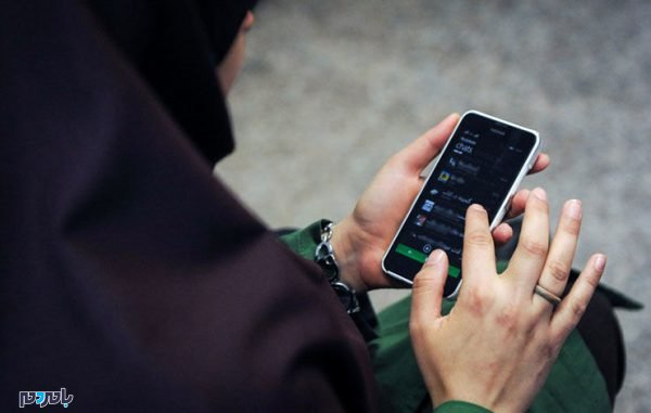 گوشی چت خیانت 600x381 - پیشنهاد پلید دختر دانشجو به پسر جوان در خیابان / فرشته چه نقشه ای داشت؟