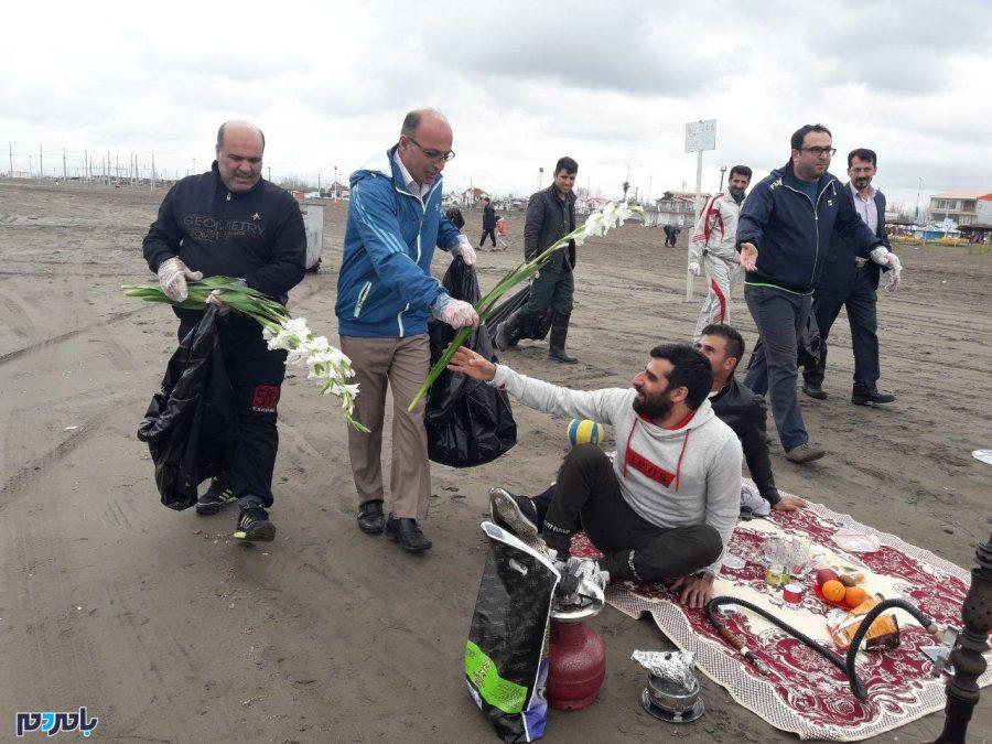 از پاکسازی ساحل توسط اعضای شورای اسلامی و نیروهای شهرداری تا اهدای گل گلایل به مسافرین! + تصاویر