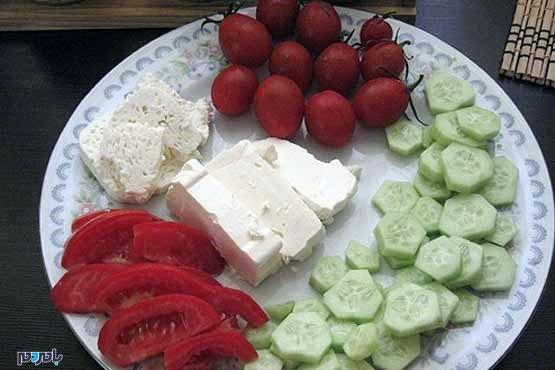 هرگز پنیر را با گوجه و خیار مصرف نکنید!