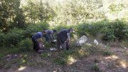 جمعآوری مجدد زبالههای ریخته شده در حاشیه تالاب سوستان توسط اهالی منطقه + تصاویر