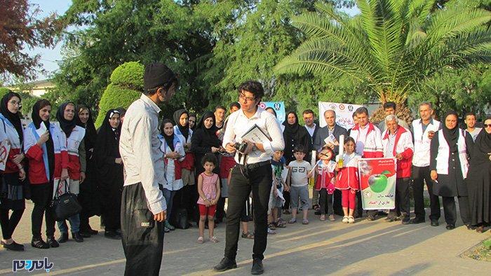 اجرای نمایش «چیزی مثل سنگ در دلت» در لاهیجان / خوانش کتاب «٤٤باور غلط جوانان درباره اعتیاد»
