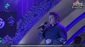 گیر کردن سی دی در حال لب زدن خواننده در برنامه زنده + فیلم