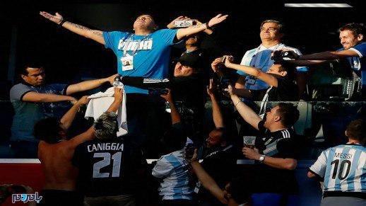 پایان همکاری فیفا با مارادونا بخاطر حرکت غیراخلاقی وی در ورزشگاه! + عکس
