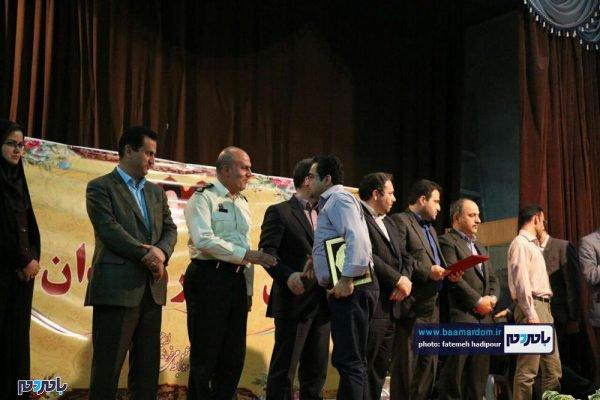 از کارمندان نمونه لاهیجان 24 600x400 - کارمندان نمونه شهرستان لاهیجان تجلیل شدند / گزارش تصویری