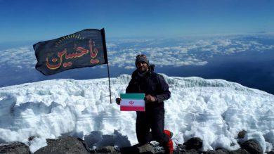 اهتزاز پرچم عاشورایی برفراز بلندترین قله قاره آفریقا توسط کوهنورد گیلانی / تصاویر