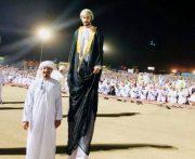 تصویری باورنکردنی از قد بلندترین مرد جهان