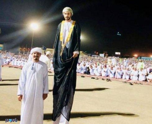 25916 489x400 - تصویری باورنکردنی از قد بلندترین مرد جهان