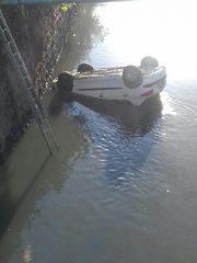 سقوط یک دستگاه خودروی ۲۰۶ از روی پل بتنی لنگرود + تصاویر