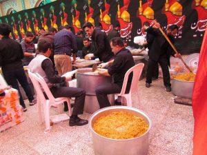 تهیه و توزیع هشت هزار غذای نذری توسط حرم مطهر شهدای آستانهاشرفیه / گزارش تصویری
