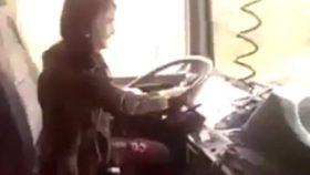 رانندگی وحشتناک دختر بچه ایرانی با تریلی ۱۸ چرخ در جاده + فیلم