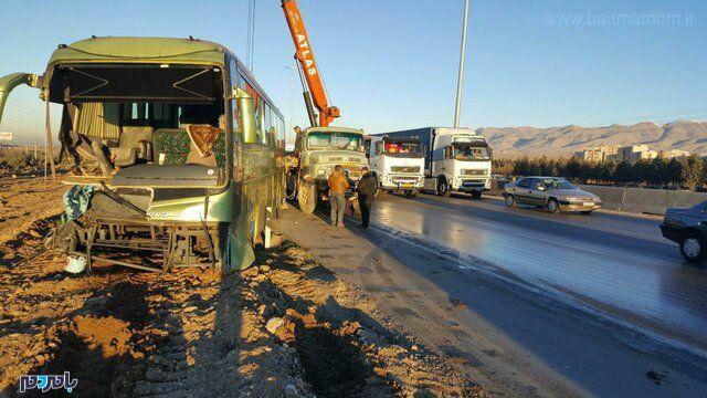 تصادف اتوبوس لاهیجان به تهران با تریلر در محور کرج-قزوین